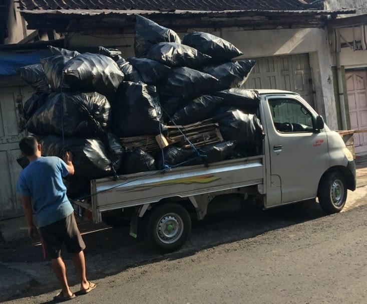 Au moins les déchets sont ramassés... c'est mieux que rien !