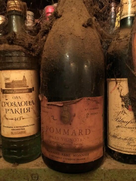 Une bonne ..... bouteille de Pommard de 1992 vue dans une taverne ...... reconnue à Corfou !!!