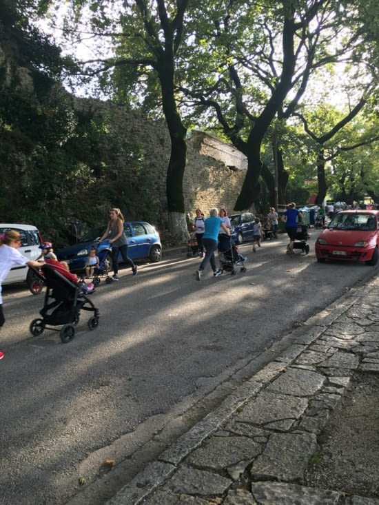 """Grece : Lors d'un marathon """"Homme"""", les femmes ont eu droit à une course de poussettes .... On a bien rigolé mais pas d'accidents (dommage .....!)"""