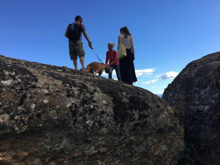 """Meme dans une position incongrue sur un rocher dans les """"Meteores"""", Eva ne manque pas d'aller caresser un chien (Boxer)"""