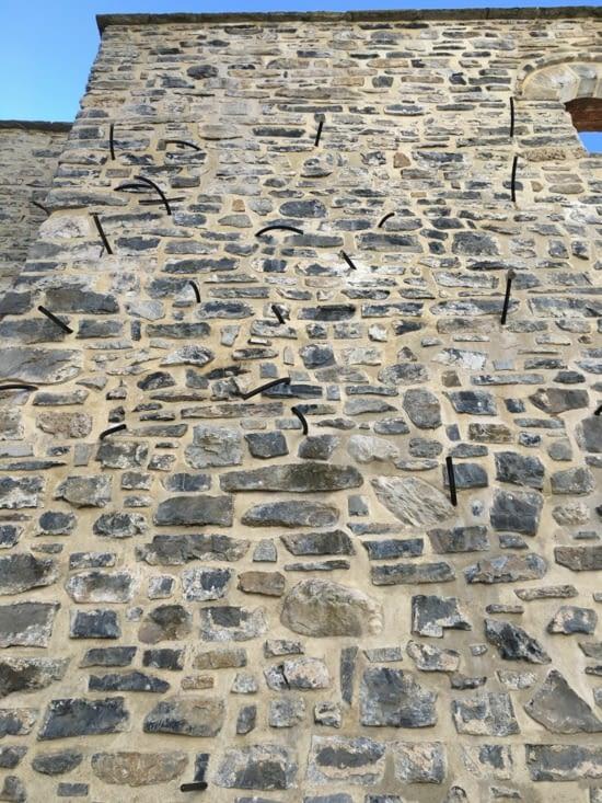 Grece : Restauration d'un monastere bombardé par les Allemands et brulé par les Turcs : Les bouts de tuyaux dans le mur servent à introduire des mastics speciaux pour renforcer les pierres (Clin d'oeil à Jean-Claude)