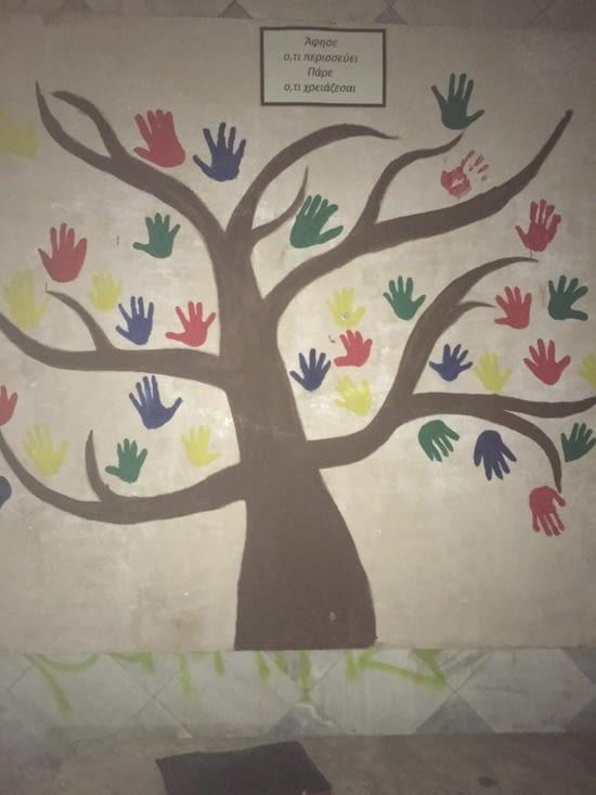 En plein Corfou, les scouts ont créé cet arbre contre un mur avec des mains en signe de dons permettent de donner des sacs de nourriture et ainsi assurer un repas pour les sans-abris.