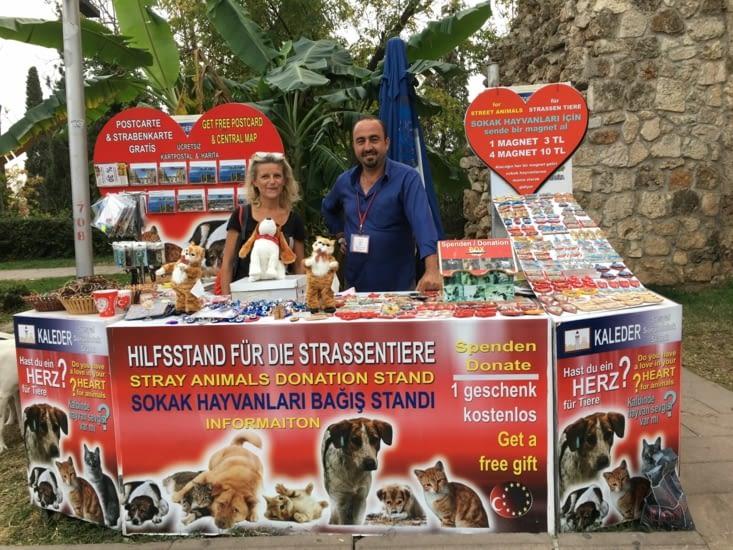 Encore une belle rencontre! Une association à Antalya qui s'occupe des chiens errants! Vous pouvez les aider: www.altinkurdele.com, avec peu vous ferez beaucoup