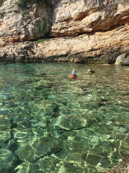 Une vrai baignoire d'eau translucide avec en bonus de superbes poissons
