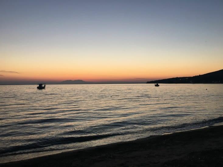 2 bateaux juste séparés par un coucher de soleil (vu de la fenêtre du pick up a 5 m de la mer). Au même endroit le lendemain matin 2 dauphins .... En ballade ..... Que pour nous !!