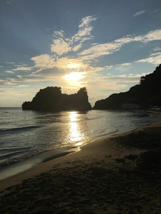 Un ultime coucher de soleil sur une plage du sud de Corfou