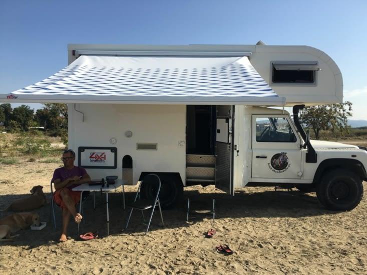P'tit dejeuner le 2 octobre sur une plage de la presqu'île de Sithonia .... Avec 2 chiens pour compagnie ! Encore