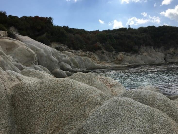 Des rochers ..... Pas de pontons de baignade !
