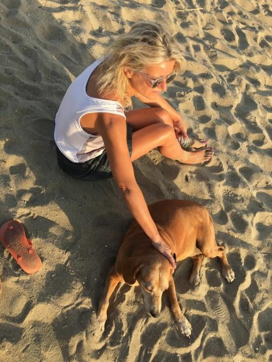 Un nouveau copain pour Eva le soir sur la plage. C'est pas les chiens qui manquent (rrrrr !)