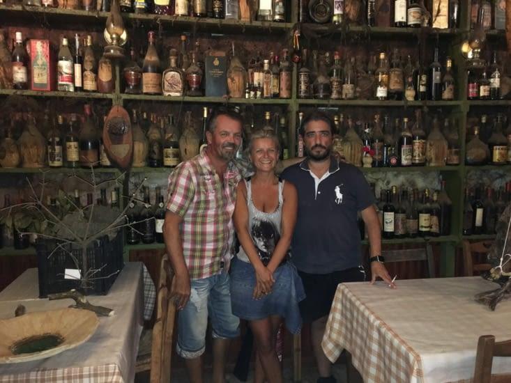 Repas dans une taverne grecque très connue (dans le monde entier). On y sert la cuisine traditionnelle. Des v.i.p tel que Mitterand y on passe une soiree. Ce fut un repas de plus avec Tasos (notre ami - voir dans rencontre).
