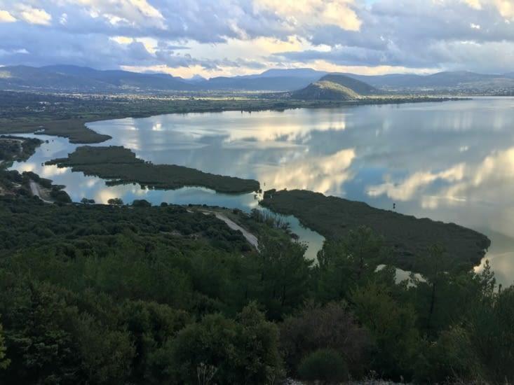 Vue sur Ioninas (nord ouest de la grece). Une ville au milieu d'un lac entourée de petites iles ...... beautiful !