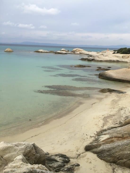 Une série de plage, de rochers (comme les Seychelles !!)