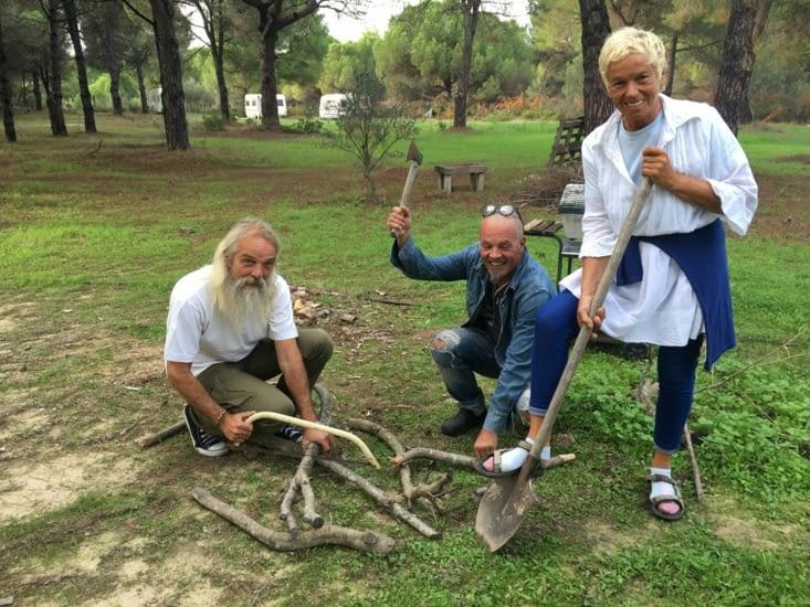 """Danilo, Jelka et votre """"serviteur"""" l'aidons pour preparer le feu ! mais avec fou rire car les outils sont d'une autre epoque (pas eguisés !)"""