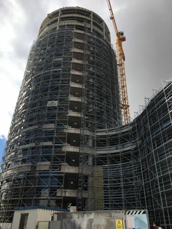 """Des infrastructures au """"top"""" : logement, administration, bureaux, usines, autoroutes gratuites !!!! Un pays en plein développement. L'Europe fait un appel du pied mais le gouvernement et la population : non (referendum pour le non) !!!"""