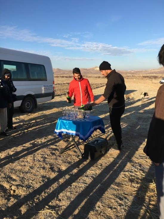 La tradition des frères Montgolfier est perpétuée : Champagne et diplôme a l'arrivée !!! Un tel plaisir à un coût (80€ par personne). Mais on ne pas partir de la Cappadoce sans l'avoir fait !!
