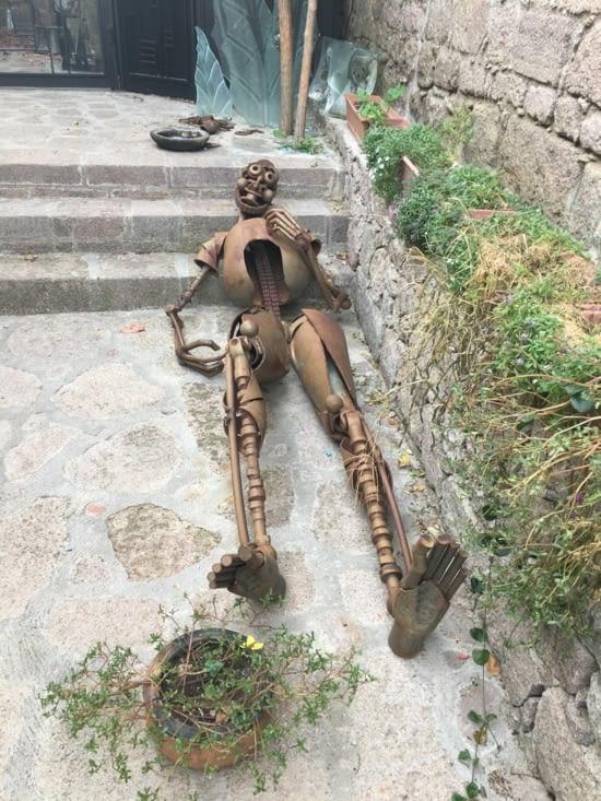 Sculpture a l'entrée. Le fils du patron est artiste à Istanbul ...