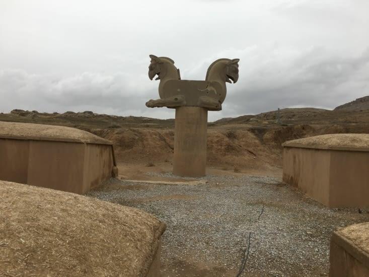 Tête de cheval + pattes d'aigle (symbole de l'Iran)