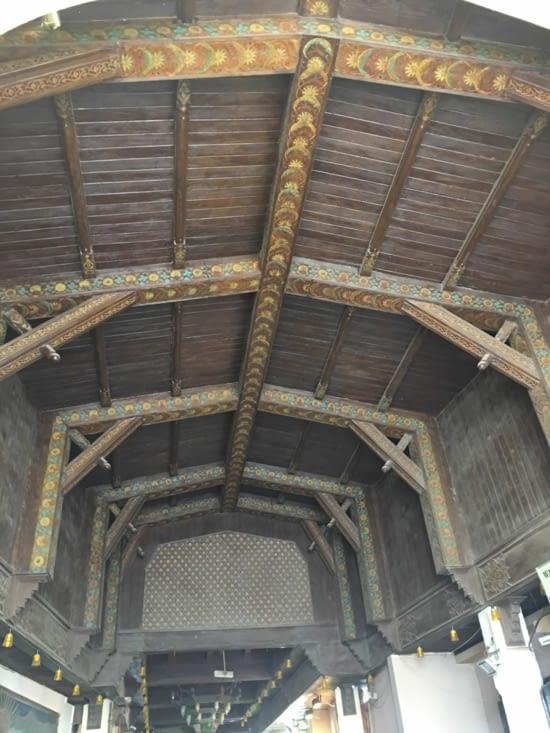 Un beau travail d'architecture en bois datant de plusieurs siècles ...