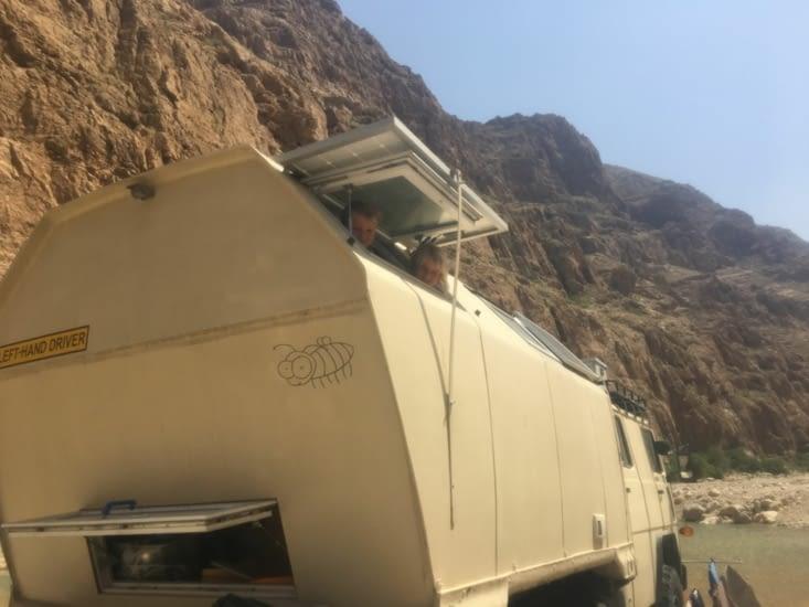 Ancien camion militaire spécialisé dans les liaisons téléphoniques !