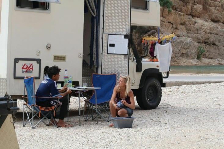 Eva donné des cours d'Anglais à un jeune Omanais en lavant le linge !
