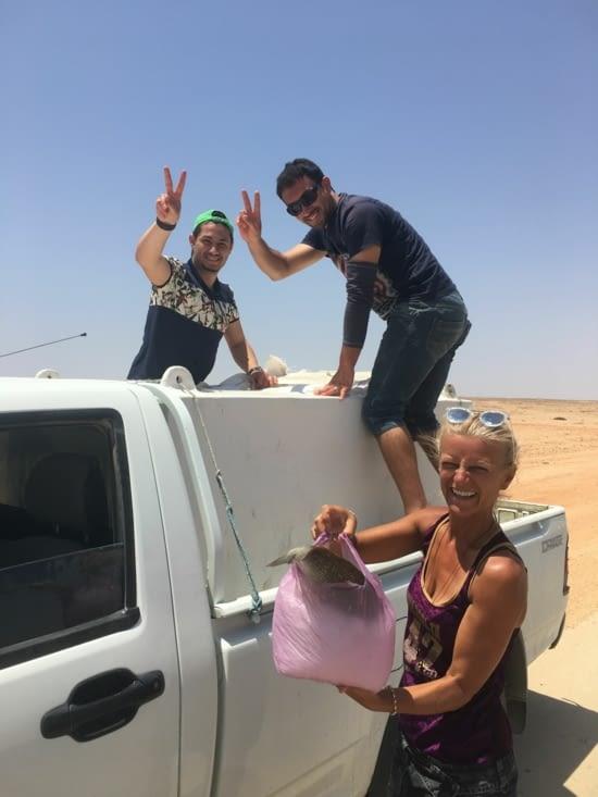 Sur La route on se fait acoster par des pêcheurs : du poisson gratuit