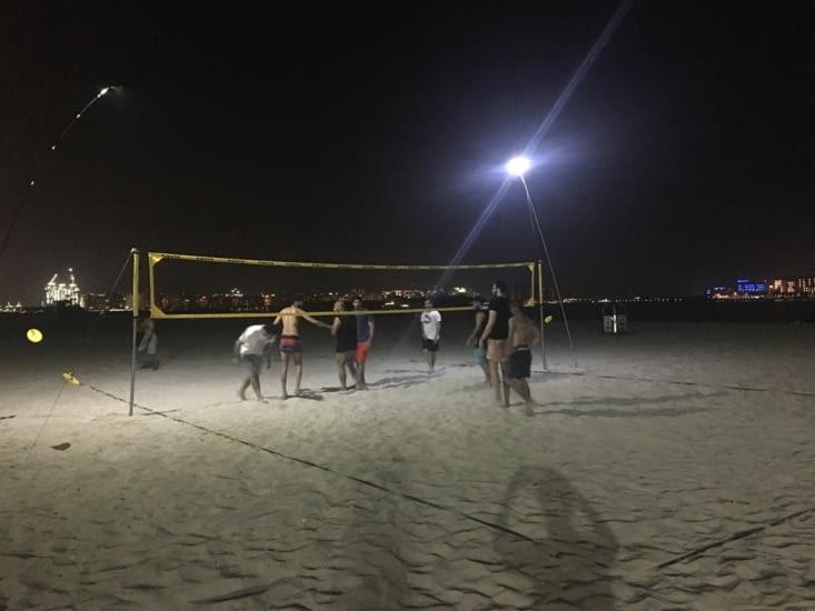 Soirée volley avec un groupe de jeune Emirati ! Philippe était épuisé