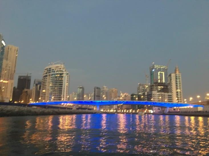entree  dans la marina ... super beau la nuit !
