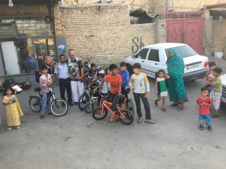 Attroupement d'enfants devant la maison  de Khalid