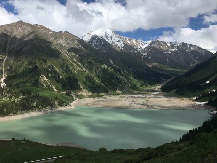 Le lac mais un niveau au plus bas (eau laiteuse ...)