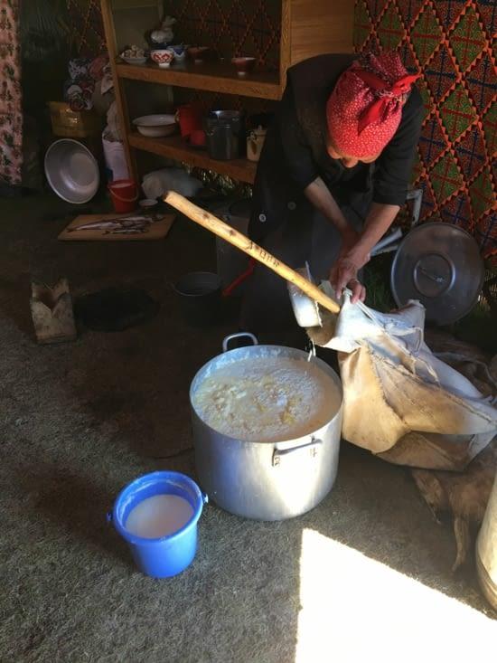 La grand-mère prépare le lait caillé