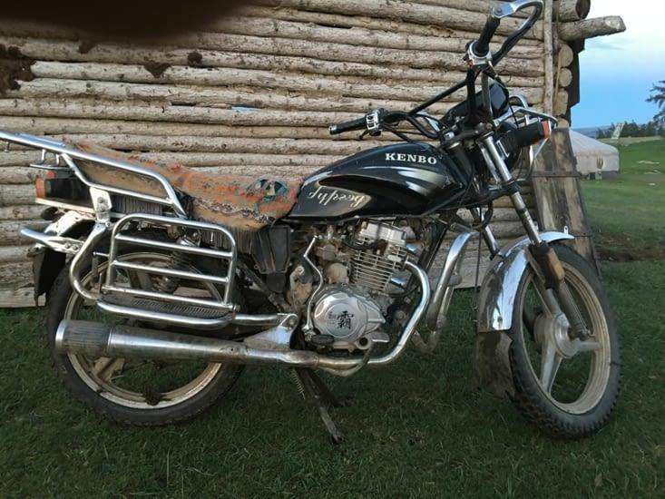 Seul moyen de locomotion de la famille ... une vielle moto Chinoise !