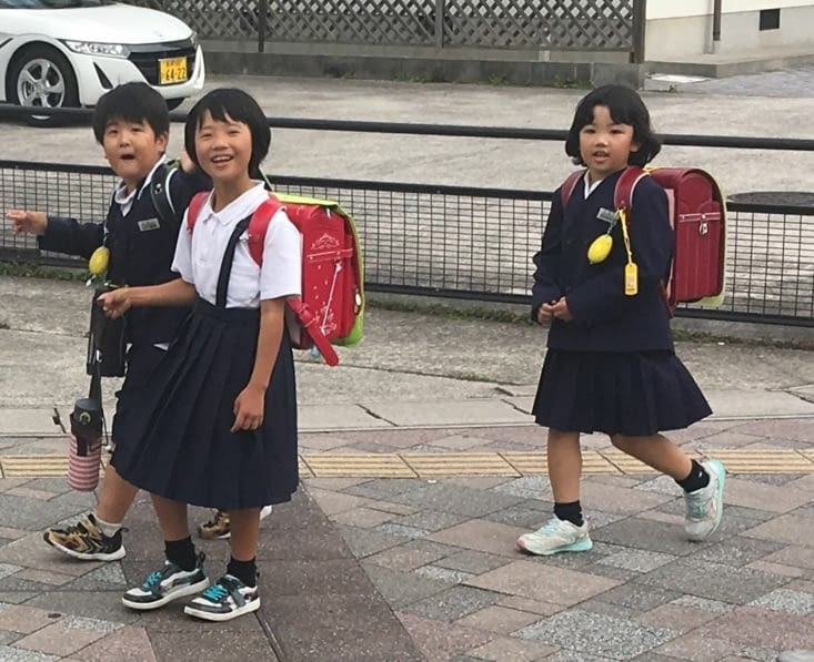 Des enfants tenues et cartables identiques ...