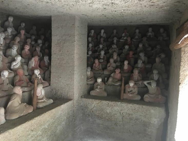 Les Rakans (statuettes et postures) dans les grottes de Iwami