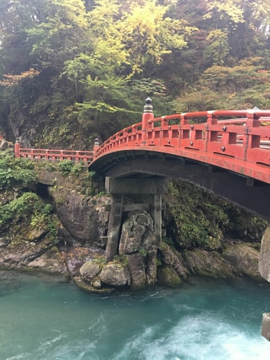 Le pont de bois de la ville de Nikko et son sanctuaire