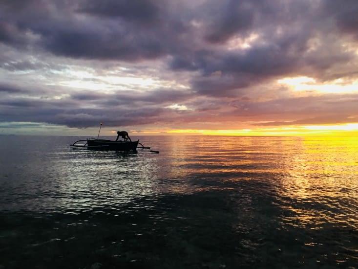 Alors que les pêcheurs partent au travail pour une longue nuit ...