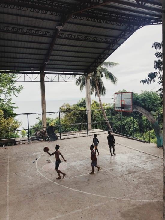 Le basket ... sport national ici ! Partout dans les rues ...