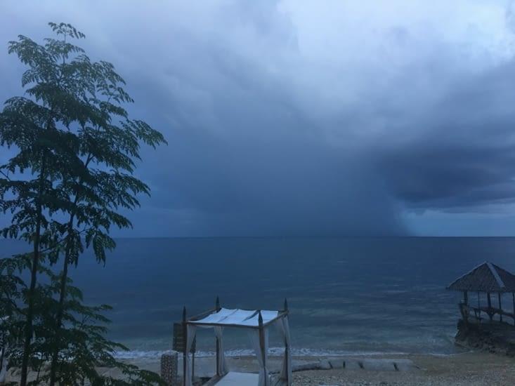 Retour à l'hotel Avec les typhons en menace sur des îles voisines !