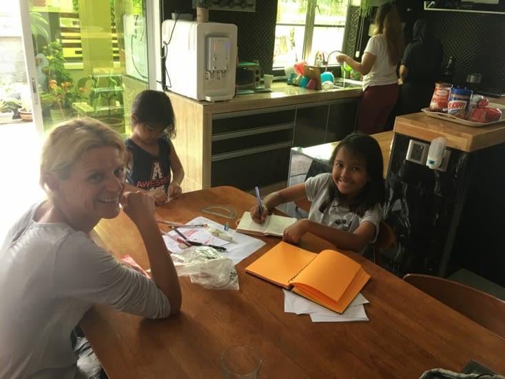 Eva donne des cours de Français à Qistina