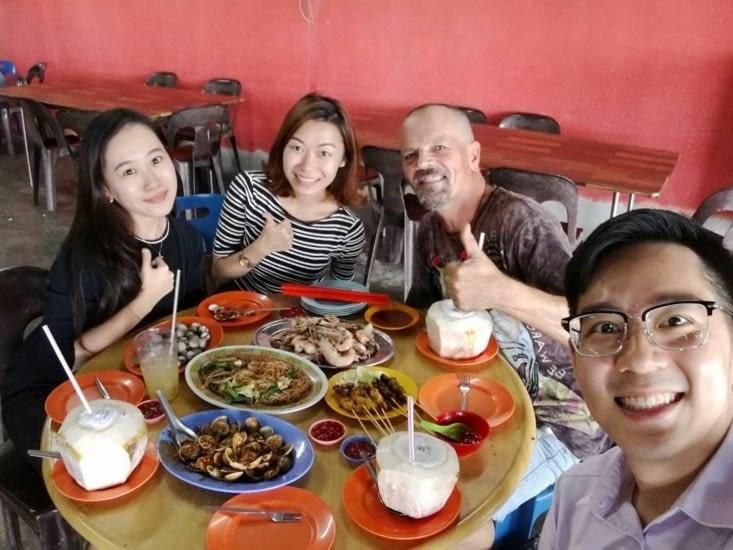 """Jason, Venesse, Sarah (Chinois) lors d'un repas """"océan"""" .. trop gentil ces jeunes !"""