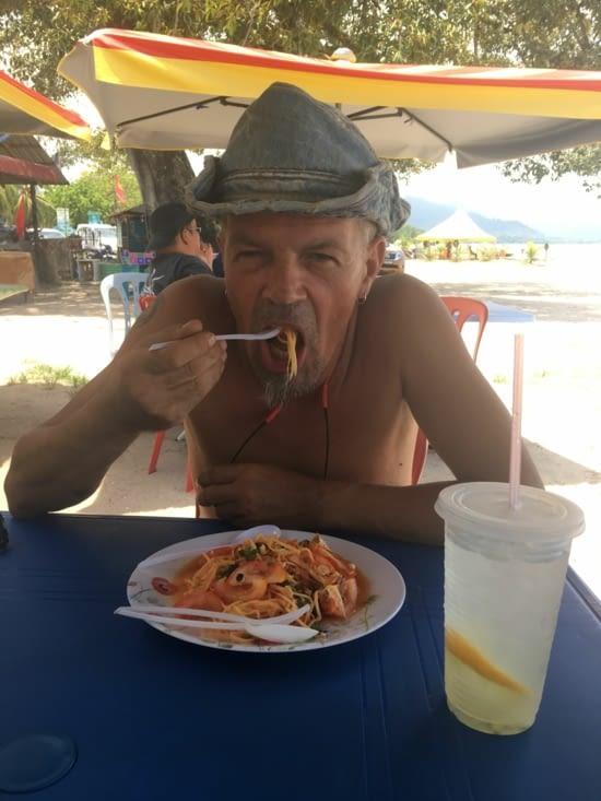 Salade à la papaye. On aime ou aime pas. Pour moi c'est moyen !