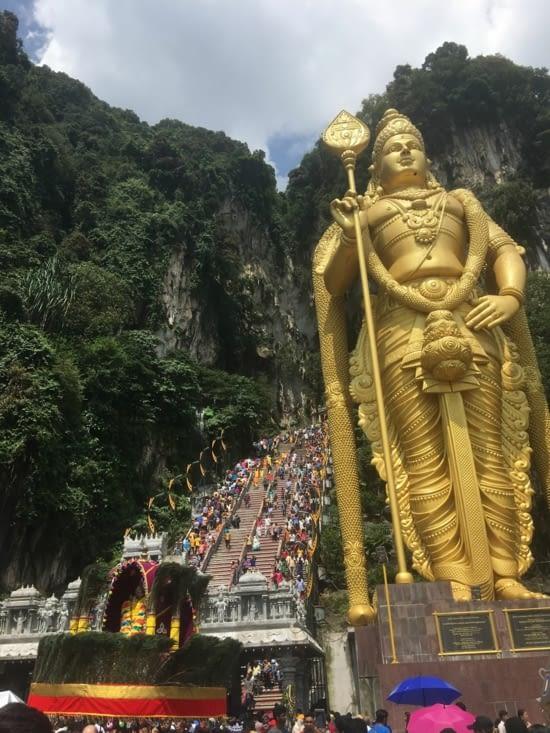 Cela se finit par la montée des 272 marches pour atteindre la grotte (temple)