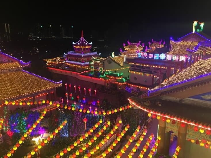 Le temple Bouddhiste : Kek Lok Si ... tout illuminé pour le nouvel an Chinois