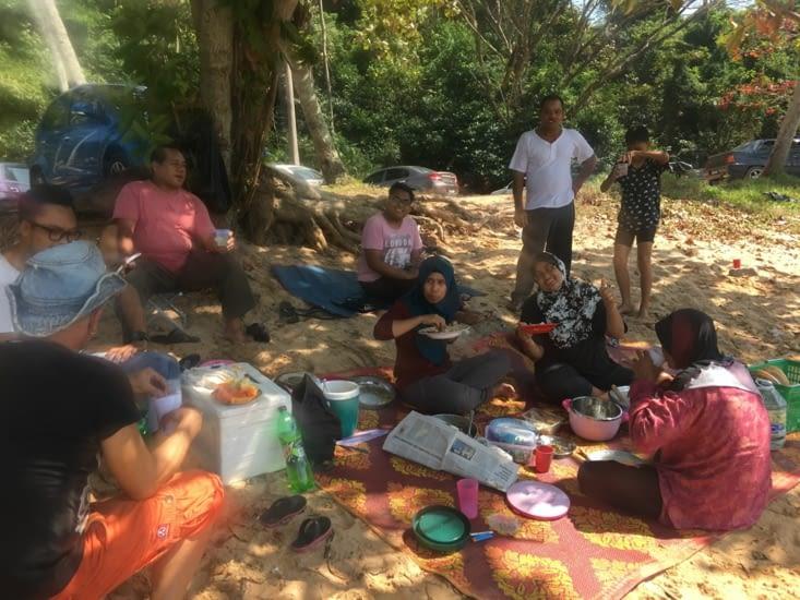 Picknic sur la plage : plats locaux ... épicés !