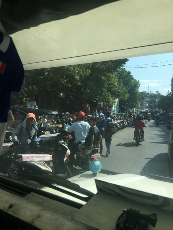 Cette photo résumé Sumatra : surpeuplé, traffic, camions et scooters en masse !