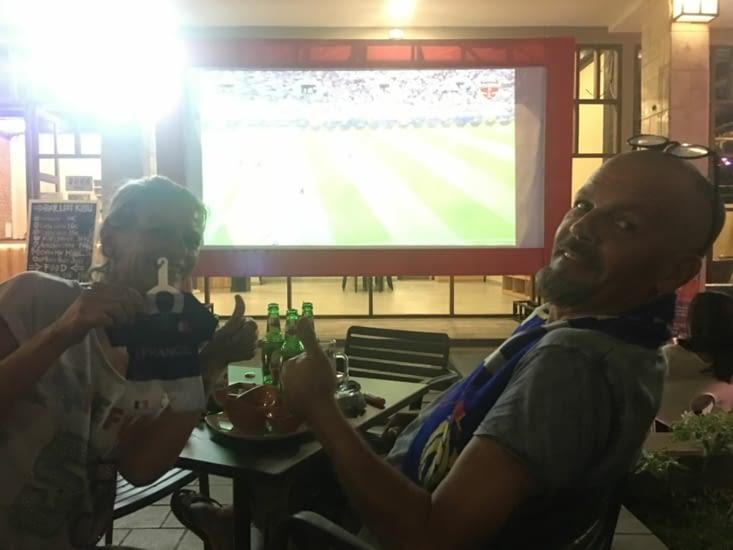 """Finale World Cup : France - Croatie ... c'est la foule dans un hôtel et restaurant """"chic"""""""
