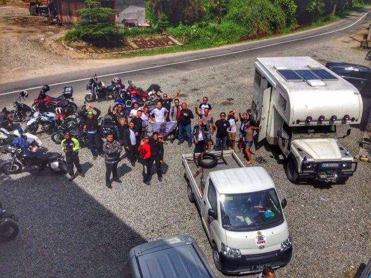 Rencontre avec un club de motards de Jakarta en trip 15 jours . Rigolade, repas et conseil