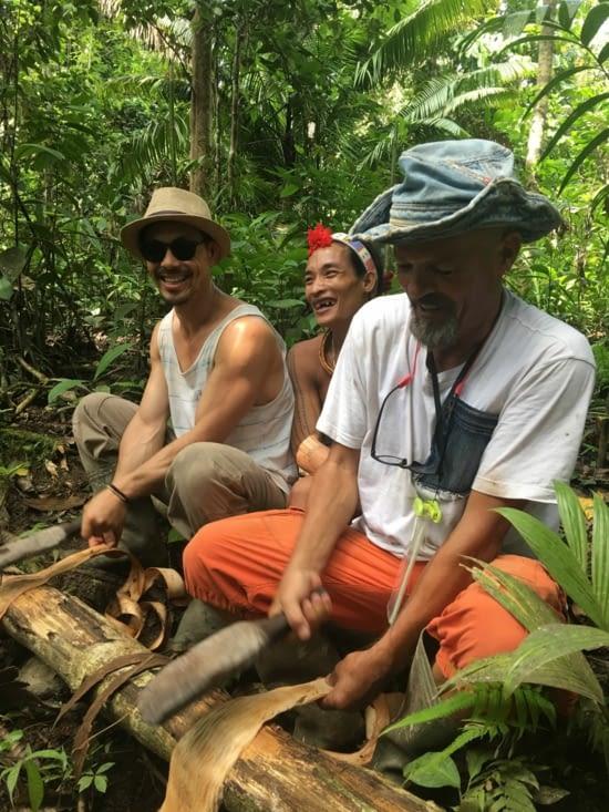 Confection de la tenue des hommes à partir d'écorces d'arbres