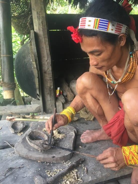 Fabrication du poison pour mettre sur les flèches pour la chasse aux oiseaux et singes