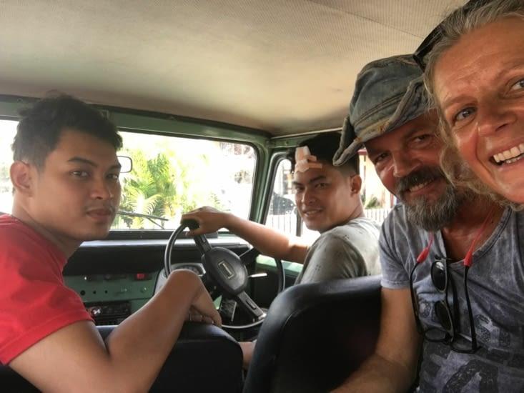 Trip dans les montagnes avec un Land Cruiser Toyato vieux de 40 ans