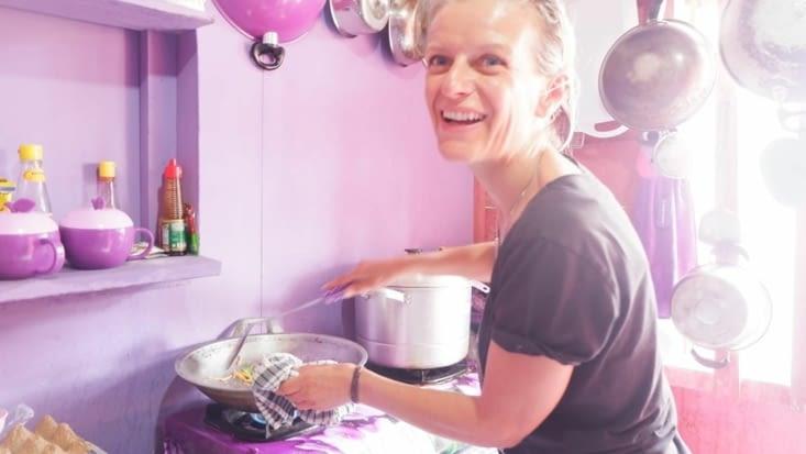 Eva aux fourneaux pour apprendre à cuisiner un Nazi Goreng